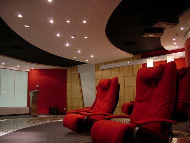 Mesmo em ambientes corporativos, a distribuição correta da iluminação envolve o cliente em uma atmosfera propicia ao bom relacionamento comercial.