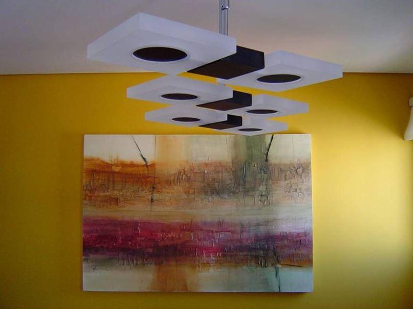 Área de trabalho ou alimentação: três luminárias idênticas instaladas em sequência garantem confortável luz sobre a mesa de jantar.