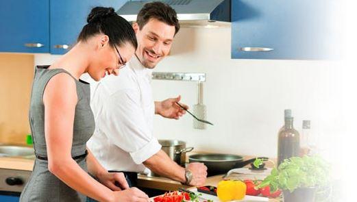 Trabalhando fora o dia todo, a mulher já não aceita ficar isolada para o preparo do jantar, e o homem reconhece que deve compartilhar essa tarefa. Com isso a cozinha passa a ser ponto de encontro, de troca e de experimentação.