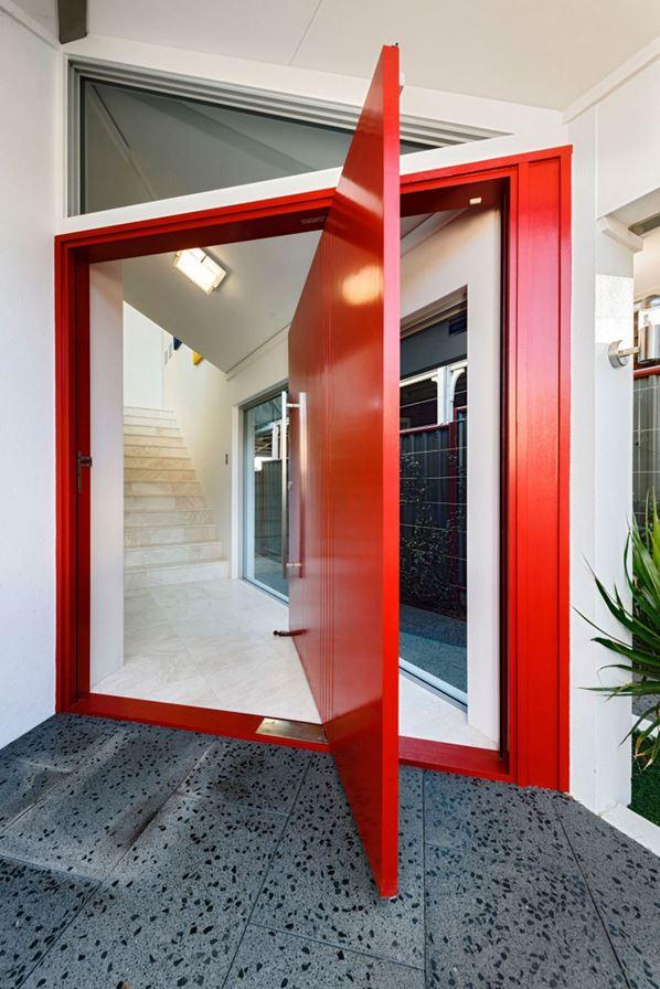 Usado em um único elemento, como nesta porta, o vermelho assume o papel de destaque.