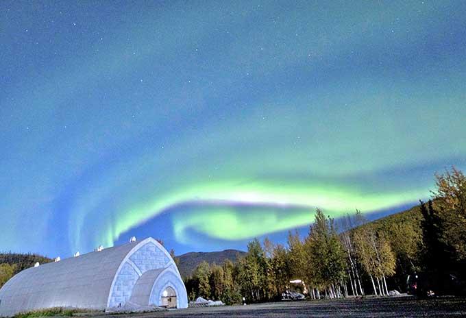 Aurora sobre o Museu de Gelo em Chena Hot Springs Resort, por Travis Knauss