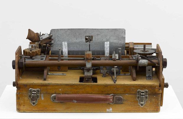 A máquina de escrever de tecla única, desenvolvida por Damian Ortega | Foto: Divulgação
