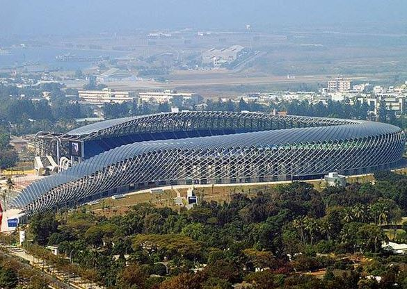 Estádio de Kaohsiung, em Taiwan Com jeitão futurístico, o estádio de Kaohsiung, em Taiwan, carrega o título de primeiro do mundo 100% movido a energia solar. Seu teto é recoberto por nada mais nada menos do que 8.844 placas solares, que fornecem energia suficiente para as 3,3 mil lâmpadas que iluminam o estádio e mais dois telões gigantes que transmitem os jogos.