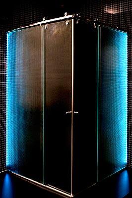 Para quem gosta de cromoterapia, as fitas de LED podem ser aplicadas nos perfis de alumínio. O usuário escolhe deixar a fita com uma única cor ou alternar entre várias