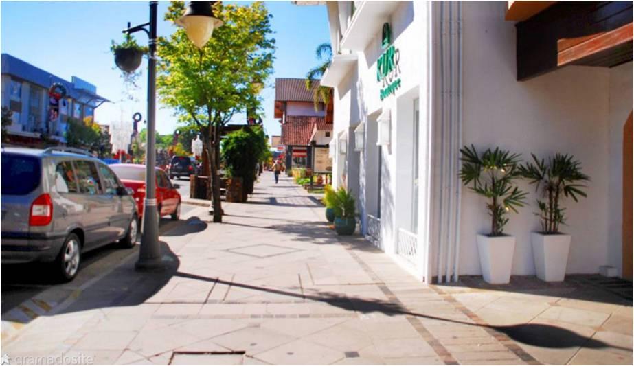 Com a revitalização da Avenida Borges de Medeiros, ficou ainda mais fácil passear pela cidade. / Foto: Rochelle Silveira/GramadoSite.com