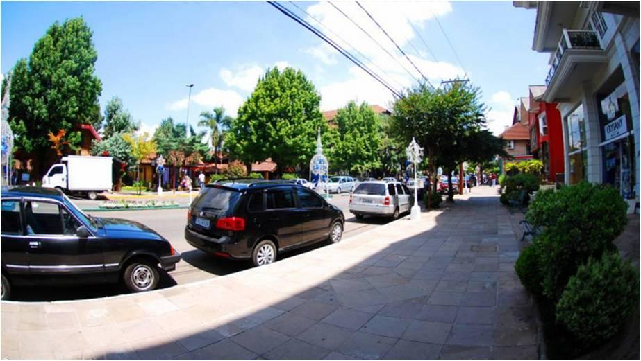As calçadas são largas e em cada esquina há rampas de acesso, facilitando na hora de atravessar a rua ou se locomover com cadeirantes / Foto: Rochelle Silveira/GramadoSite.com