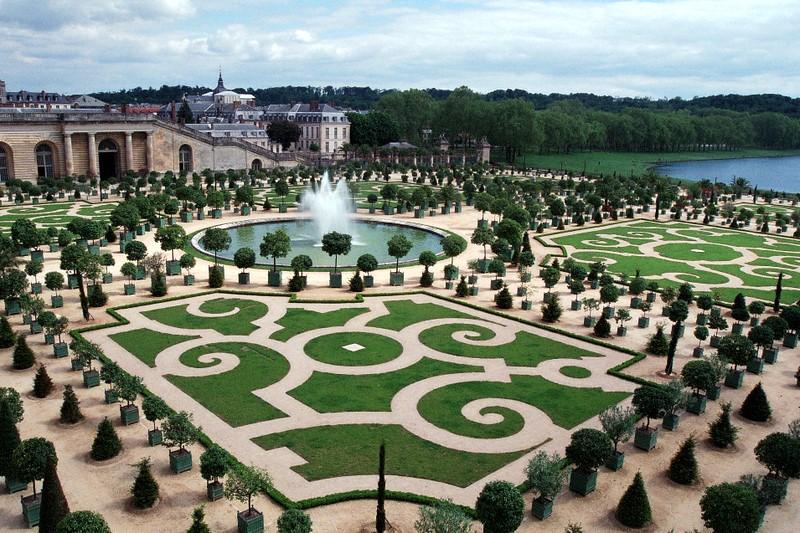 Considerado um jardim formal, por ter somente árvores e gramados, ele está centrado na fachada Sul do palácio de Versailles, na França. O local foi desenhado por André Le Nôtre, em 1746, e possui mais de 200 mil árvores.