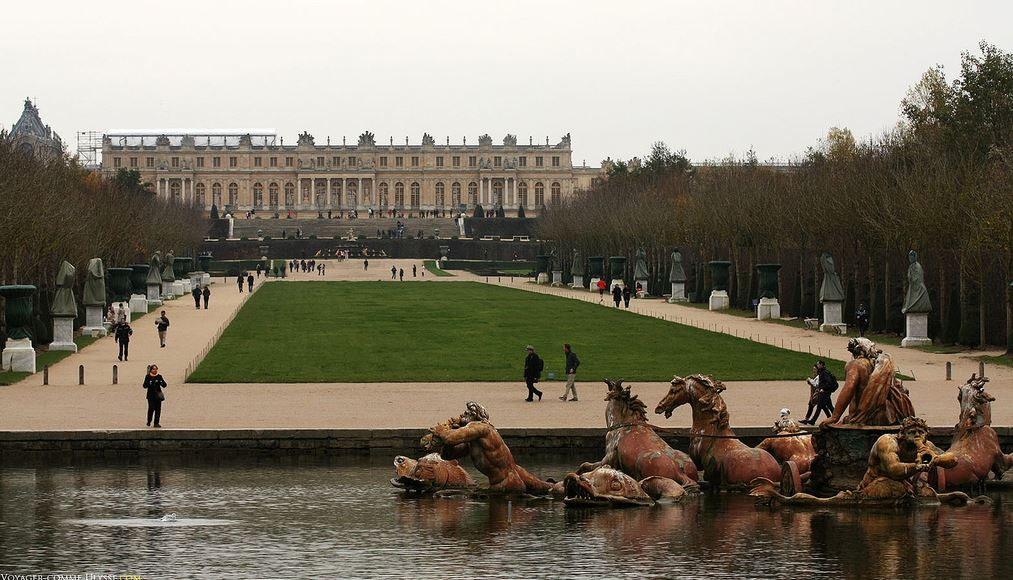 A bacia de Apolo no primeiro plano. Ao fundo, o Palácio.