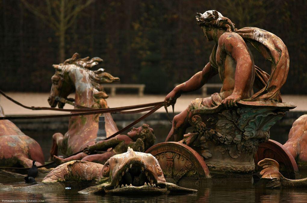 Apolo em cima da sua Caroça do Sol guiando cavalos audazes. Obra do escultor Jean-Baptiste Tuby.